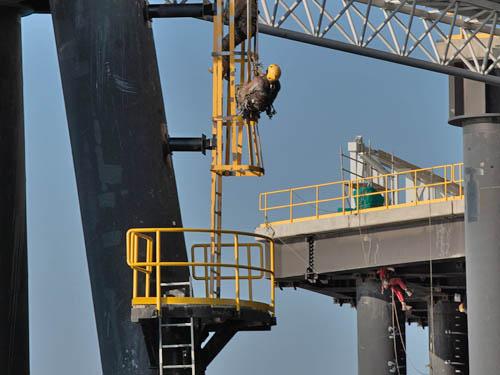 Cordistes exécutant travaux de Traitement de corrosion