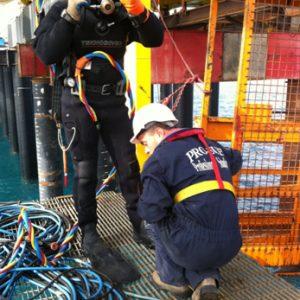 Plongeur s'appretant  à effectuer travaux de decoupe sous marine des pieux projet AMMONIA