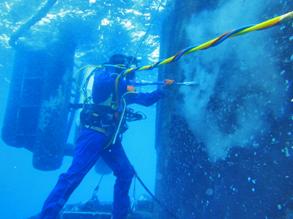 Nettoyage à haute pression d'une bouée  SPM  de chargement en mer